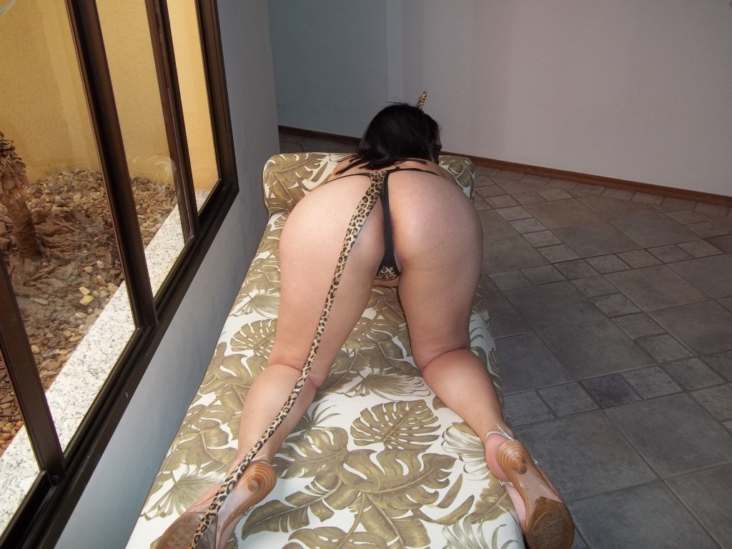 Raquel vestida de oncinha no motel