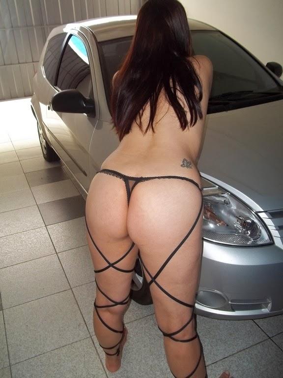 Raquel se mostrando na garagem do motel