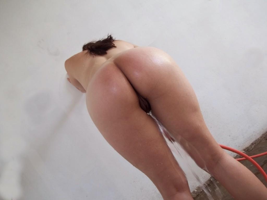 Raquel tomando banho de mangueira