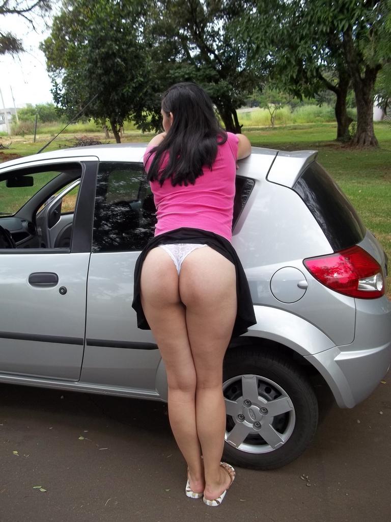 Raquel levantou a saia e mostrou a bunda na rua