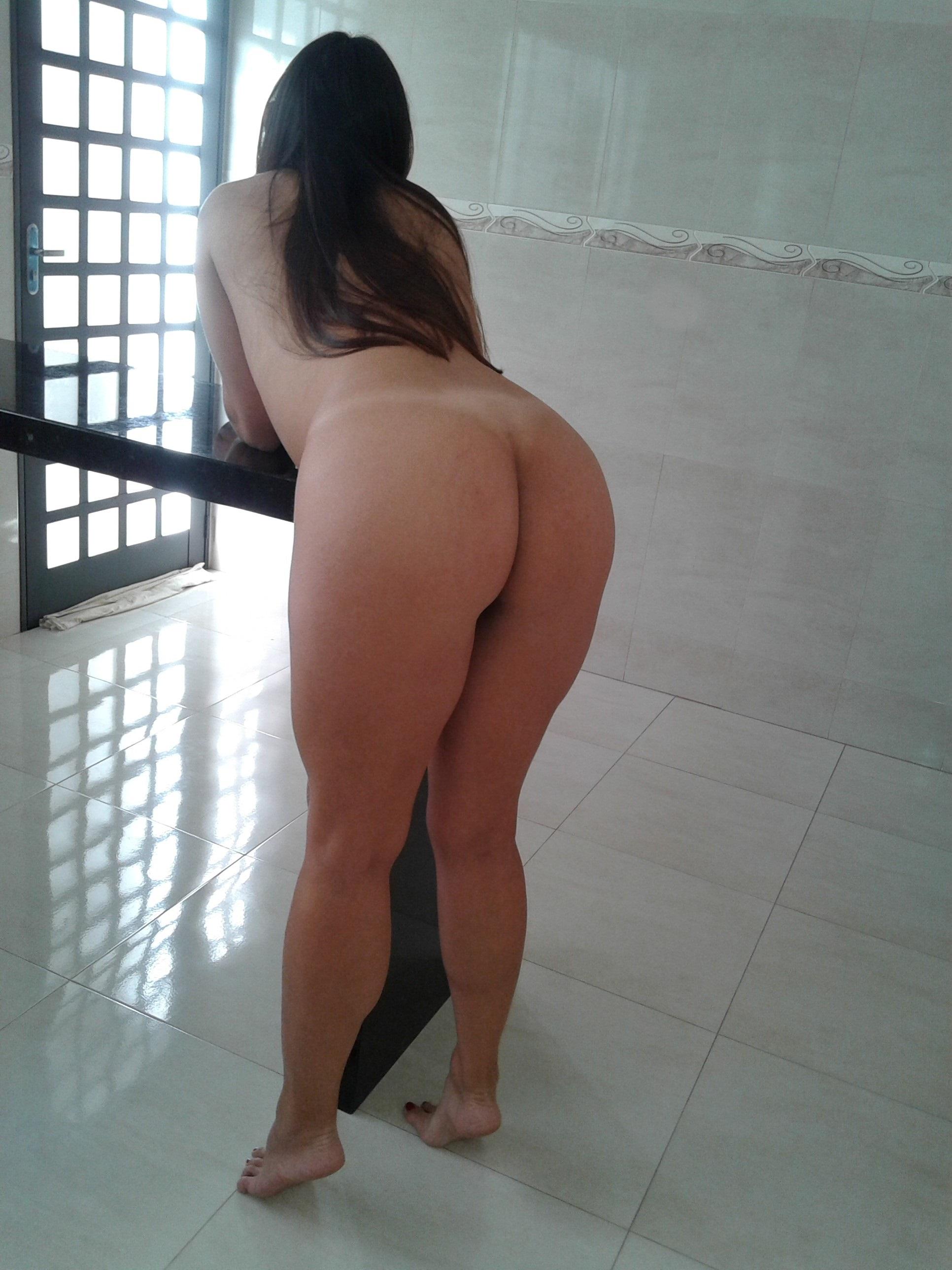 Loira novinha e gostosinha no banheiro fazendo stripper