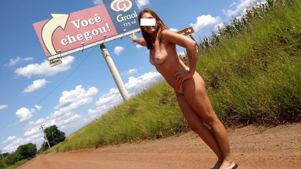 Raquel Exibida totalmente pelada ao lado do posto Graal